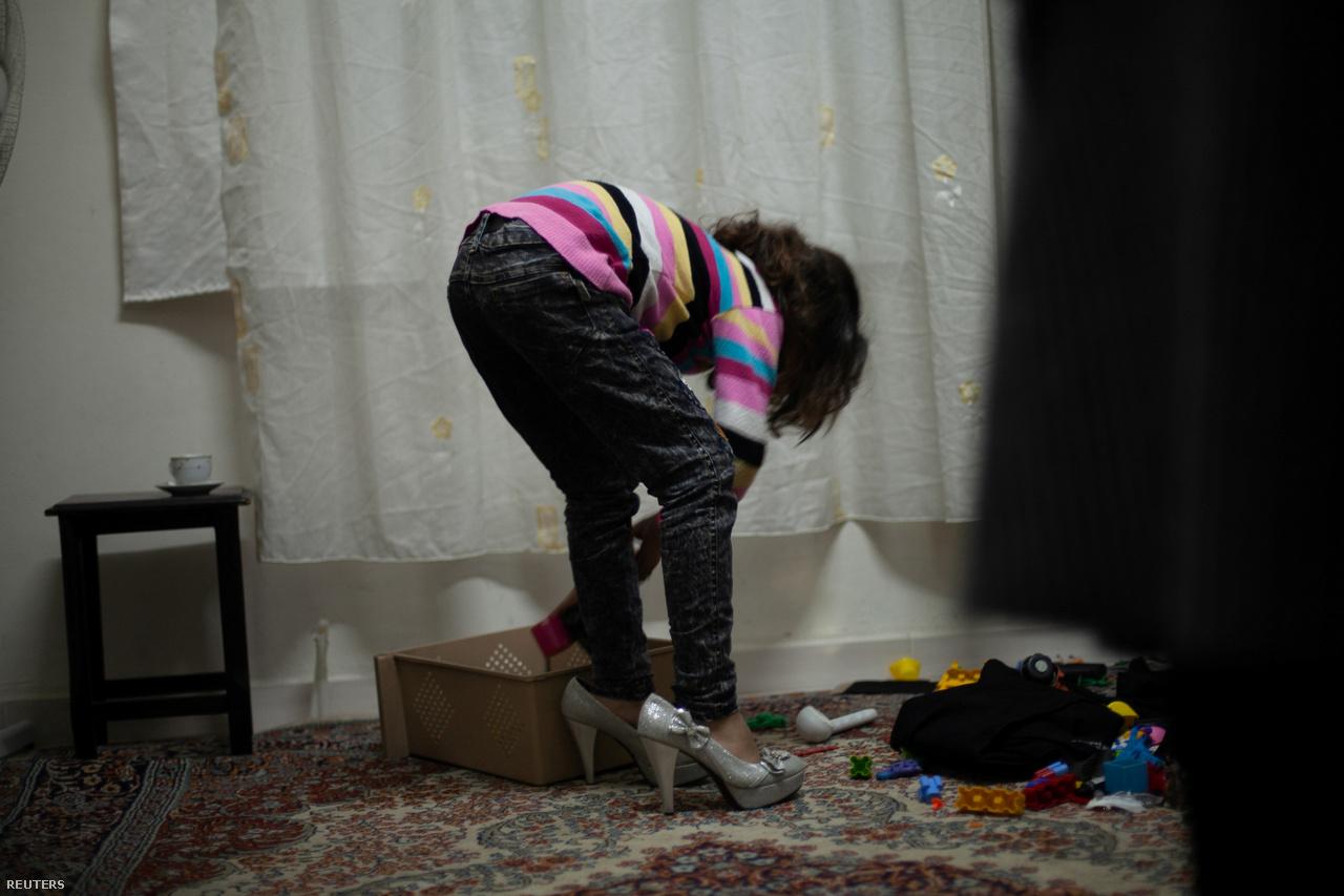 Egy kislány esküvői cipőket próbál fel Ahmed és Hanin eljegyzési partija után 2017. március 11-én. A bulit végül Kilisben tartották, közvetlenül a háború sújtotta Szíria mellett.