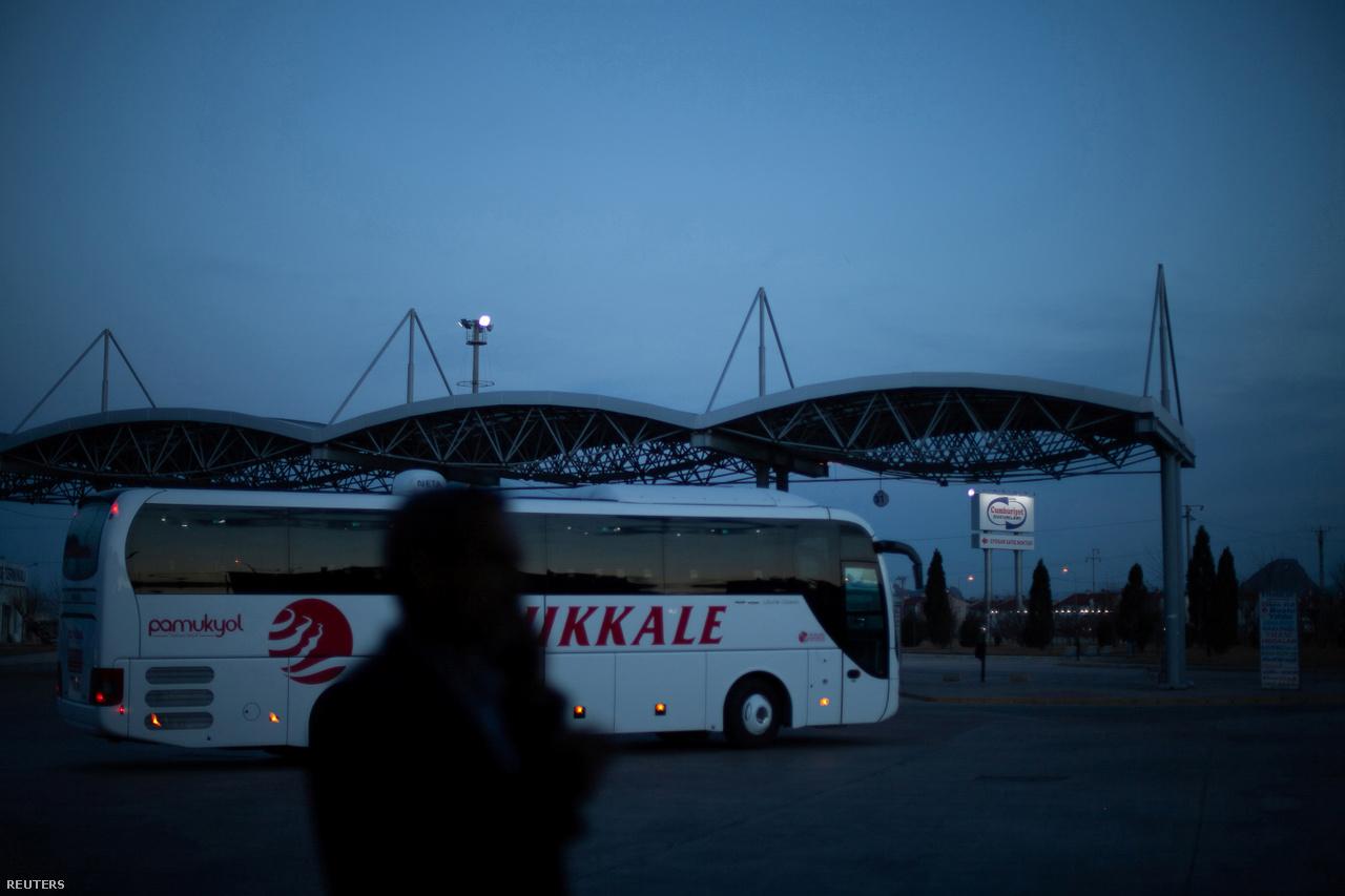 Ahmed és Hanin eleinte különböző városokban éltek. Hónapokig leveleztek egymással, míg végül Ahmed bevállalt egy 20 órás buszutat, hogy találkozzanak. Törökország harmadik legnagyobb városából, az Égei-tenger partján található İzmirből utazott Kilisbe, ami a szír határon fekszik. A találkozásból később eljegyzés lett.