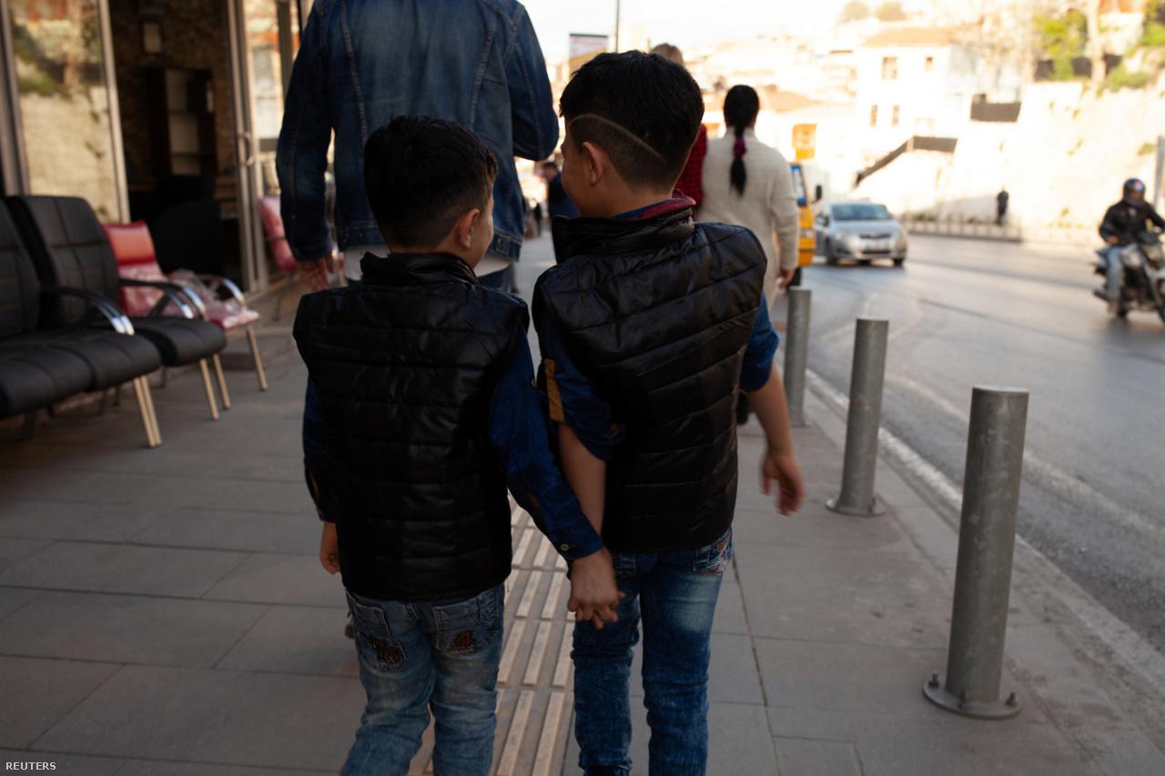 Hanin testvérei, a 8 éves Osama és a 11 éves Mohammad az iskolából sétálnak haza 2018. március 23-án. Hanin idősebb fiútestvére, Hamza már korábban elhagyta Törökországot. 4 éve ment Németországba, azóta ott él. A család egyik legfőbb vágya, hogy ne kelljen többé videóhívásokon keresztül beszélniük. Európában akarnak újra együtt lenni.