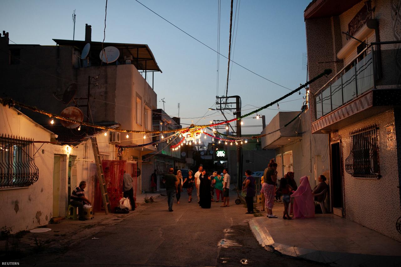 Emberek gyülekeznek az utcán Izmir Hilal nevű szegletében, ami a város legszegényebb része. Törökországban nem egyszerű boldogulni, főleg menekültként. Annak ellenére, hogy Ahmed napi 12 órát dolgozik a hét hat napján, a fizetése nem elég a számlákra, lakbérre és élelmiszerre. A sok munka a textilgyárban teljesen kimeríti, akárcsak az utcákon, a közösségi médiában és a tömegközlekedésen tapasztalható ellenszenv a menekültekkel szemben.
