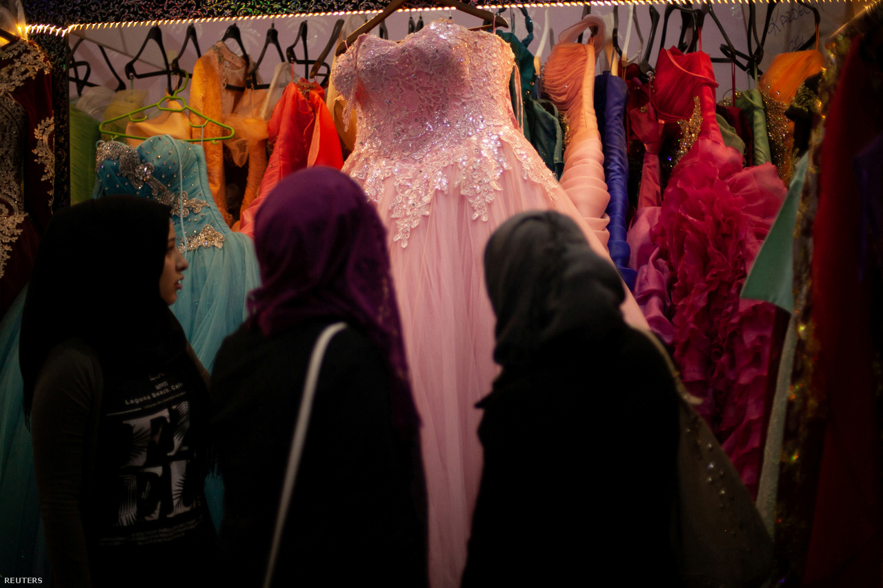 A 18 éves Hanin a megfelelő ruhát a keresi a barátaival az eljegyzési partijára Kilisben, 2017. március 9-én. Törökországban új, a korábbiakhoz képest egészen földhözragadt problémákat kellett megoldaniuk. Hirtelen az esküvői előkészületek forgatagában találták magukat. Olyan gondjaik voltak, mint a tökéletes ruha kiválasztása, a szervezési feladatok, és egy két éjszakás bulit is terveztek.