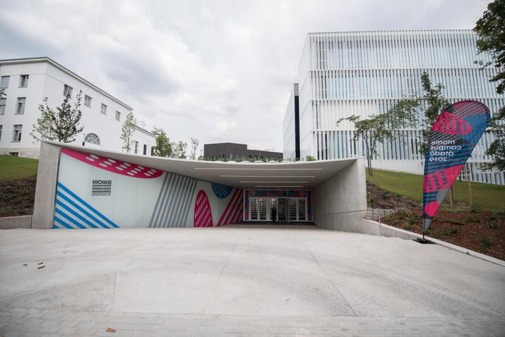 Az új főbejárat a MOME Ground földalatti tömbjébe vezet. Jobbra az Up, balra a szocreál Master