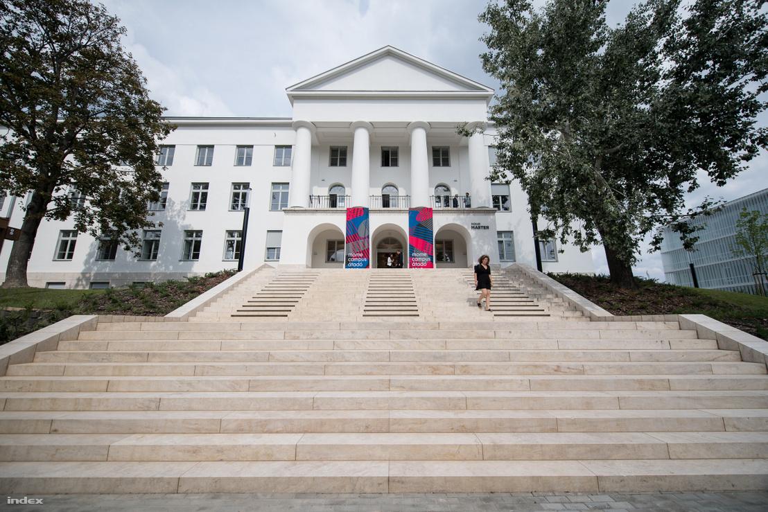 Az Iparművészeti Egyetem Farkasdy tervezte, szocreál stílusú A épülete. Ma MOME Master. Jól látszanak a lépcsőkön elhelyezett bevilágítók