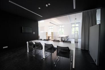 Kifordított terek a Masterben. A fekete helyiség volt egykor a folyosó, ahonnan a termek nyíltak. Azok most összefüggő teret alkotnak