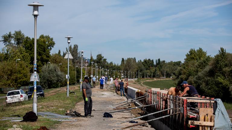 A pünkösdfürdői gát elkészül, a park csúszik