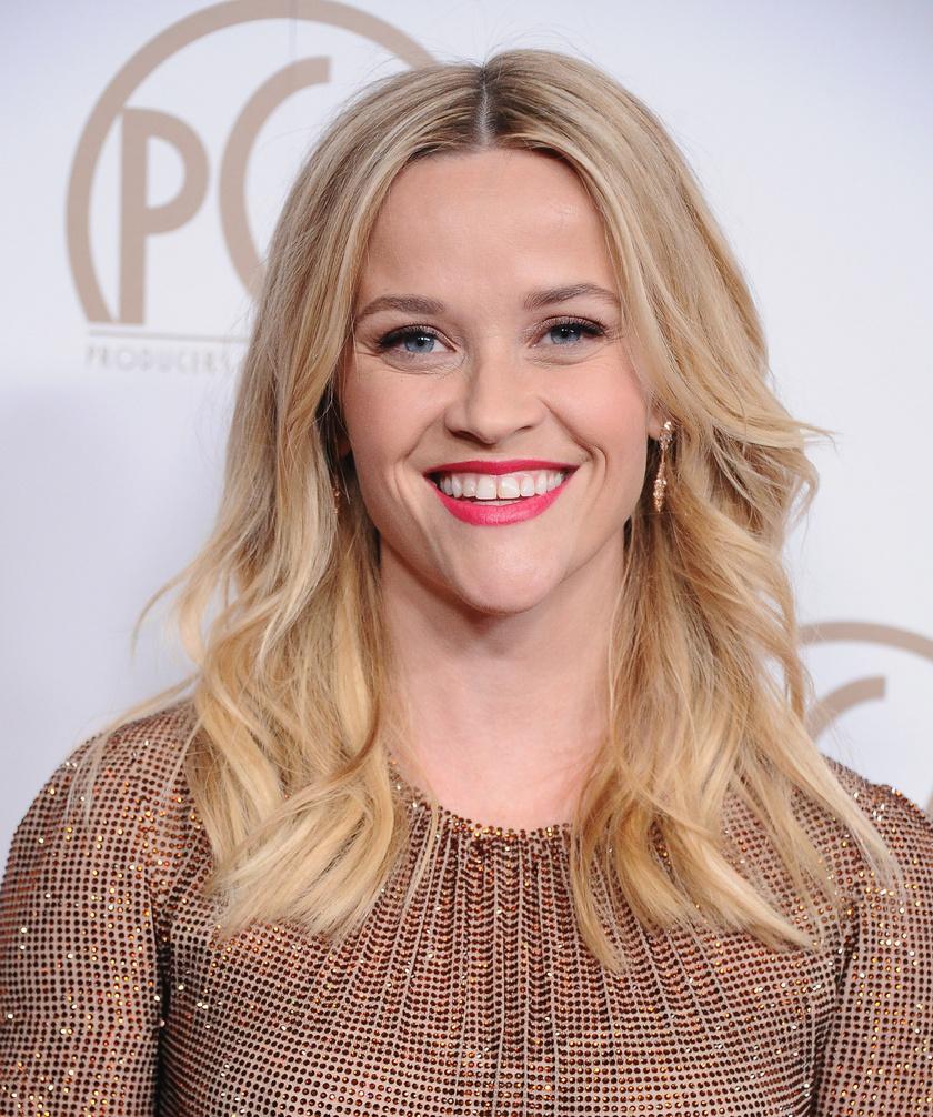 """Reese Witherspoon Oprah műsorában árulta el, hogy fiatalon ki kellett lépnie egy bántalmazó kapcsolatból, ami élete legnehezebb feladatának bizonyult. """"Átlépett egy határt, és onnan nem volt visszaút, bátornak kellett lennem"""" - mesélte a műsorban. Azóta boldog nő férje, Jim Toth oldalán."""