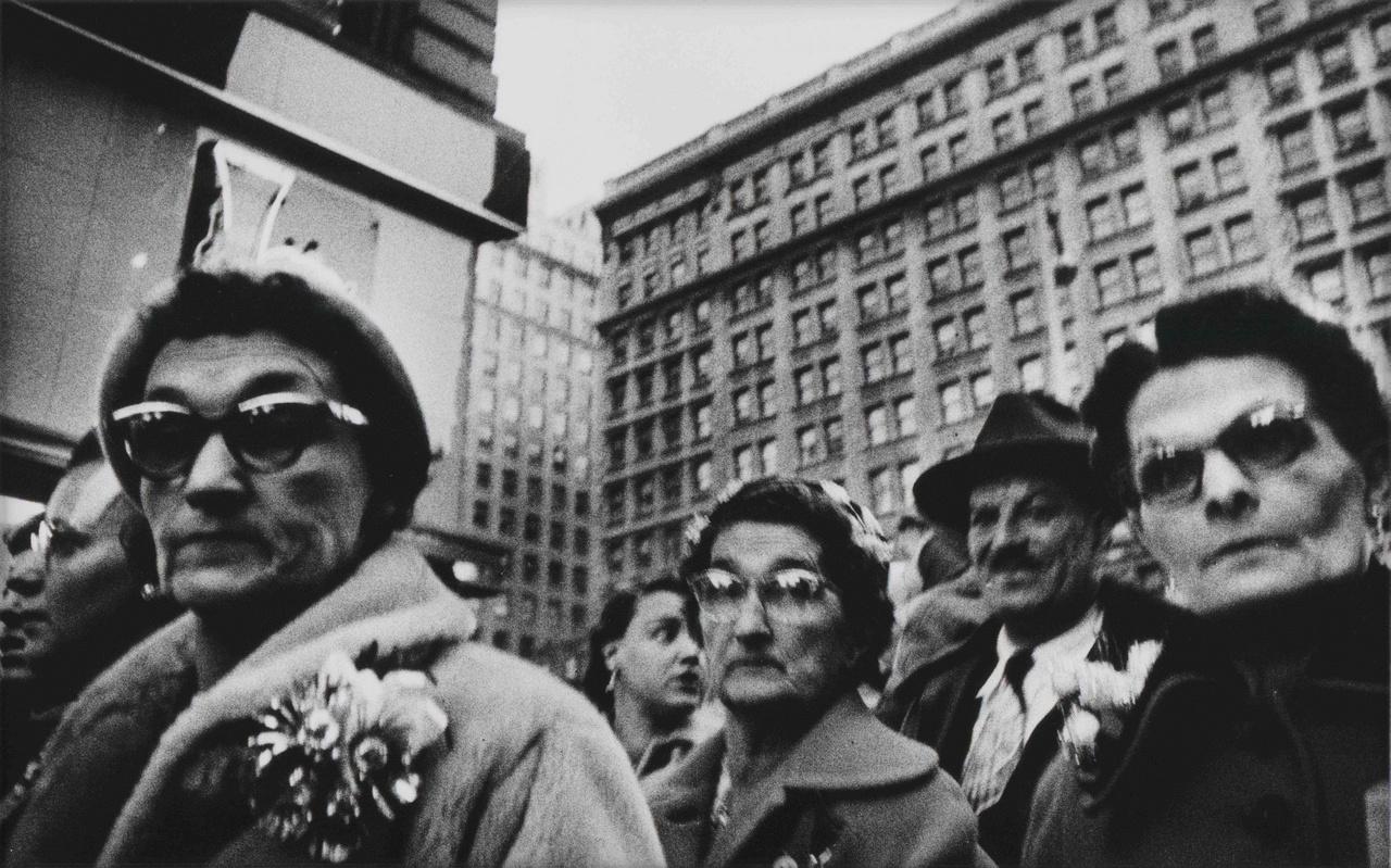 William Klein az 1950-es években a New York-ról készült képeivel szerzett magának hírnevet. (Gun 1, Xmas, Macy's, 1954. december)