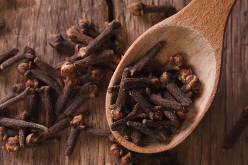 A szegfűszeg rágcsálását vagy olajának bedörzsölését gyakran ajánlják torok- és szájfertőzésekre, de fogfájásra is. Tartalmaz gyulladáscsökkentő eugenolvegyületet, de mangánt, magnéziumot, kalciumot is bizonyos mennyiségben.