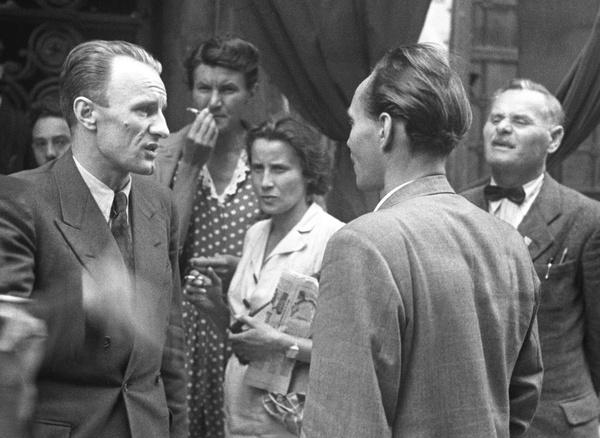 1945. májusa. Kádár és Rajk László, a Magyar Kommunista Párt Központi Vezetőségének tagjai az MKP első országos értekezletén. A háttérben Rajk Lászlóné Földi Júlia (b).