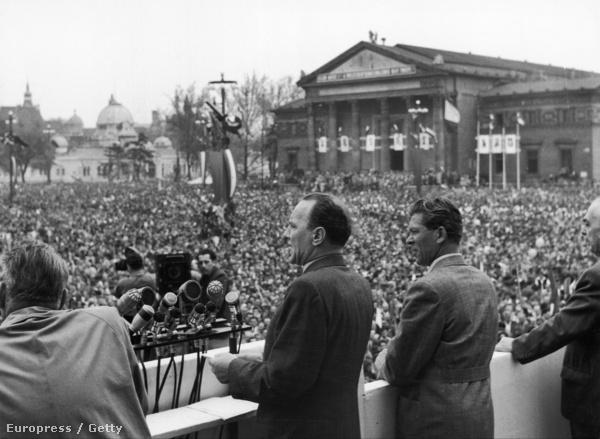 1957. május elseje.  Több százezres ünnepi felvonulás és nagygyűlés a Felvonulási téren, alig fél évvel a forradalom leverése után.