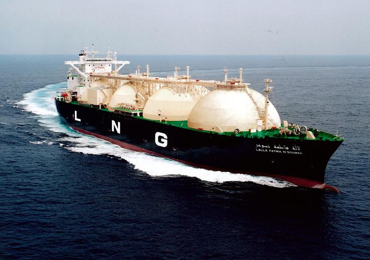 LNG-tanker a jól látható tartályokkal