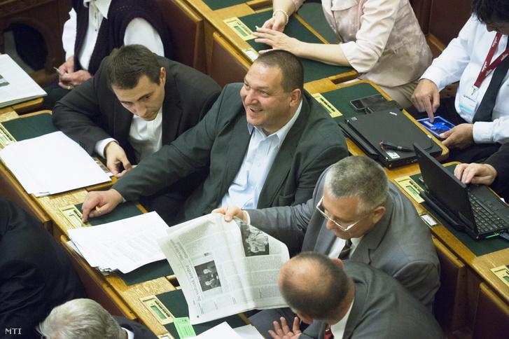 Németh Szilárd, a Fidesz rezsicsökkentésért felelős képviselője szavaz az újabb rezsicsökkentésről szóló javaslat végszavazásán az Országgyűlés plenáris ülésén 2013. október 14-én. A törvényjavaslatot a parlament 311 igen szavazattal, 16 nem ellenében, 1 tartózkodás mellett fogadta el.