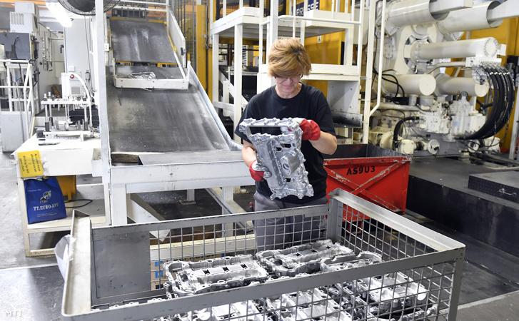 Egy dolgozó szelepfedeleket pakol a francia GMD Group járműalkatrészeket gyártó alumíniumöntödéjében a Dorogi Ipari Parkban az avatóünnepség napján 2019. szeptember 13-án.