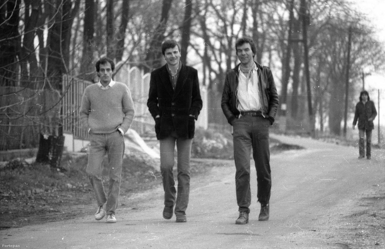 A 70-es, 80-as években Húsvét hétfőnként rendszeres, egész napos bulik voltak Nagy Bálint építész - jelenleg a Fuga működtetője - adyligeti félkész házában. Itt az akkori demokratikus ellenzékből aki tehette, megjelent. A konspiráló                         sétálók Laci mellett Demszky Gábor, és Haraszti Miklós.