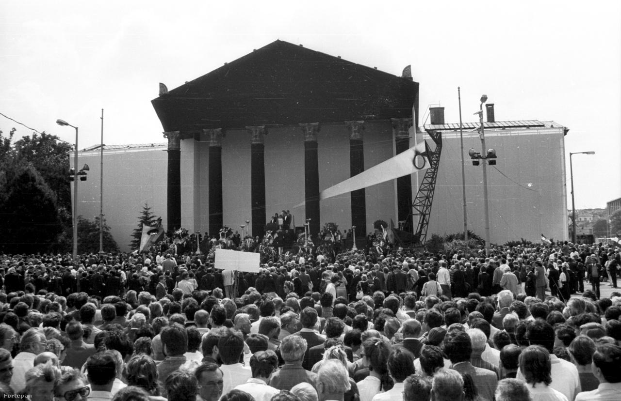 1989 június 16-án. Nagy Imre, és mártírtársai kivégzésének évfordulójáról először lehetett szabadon megemlékezni. A Hősök terét, és a Műcsarnokot Rajk László, és Bachmann Gábor látványterve alapján alakították át.