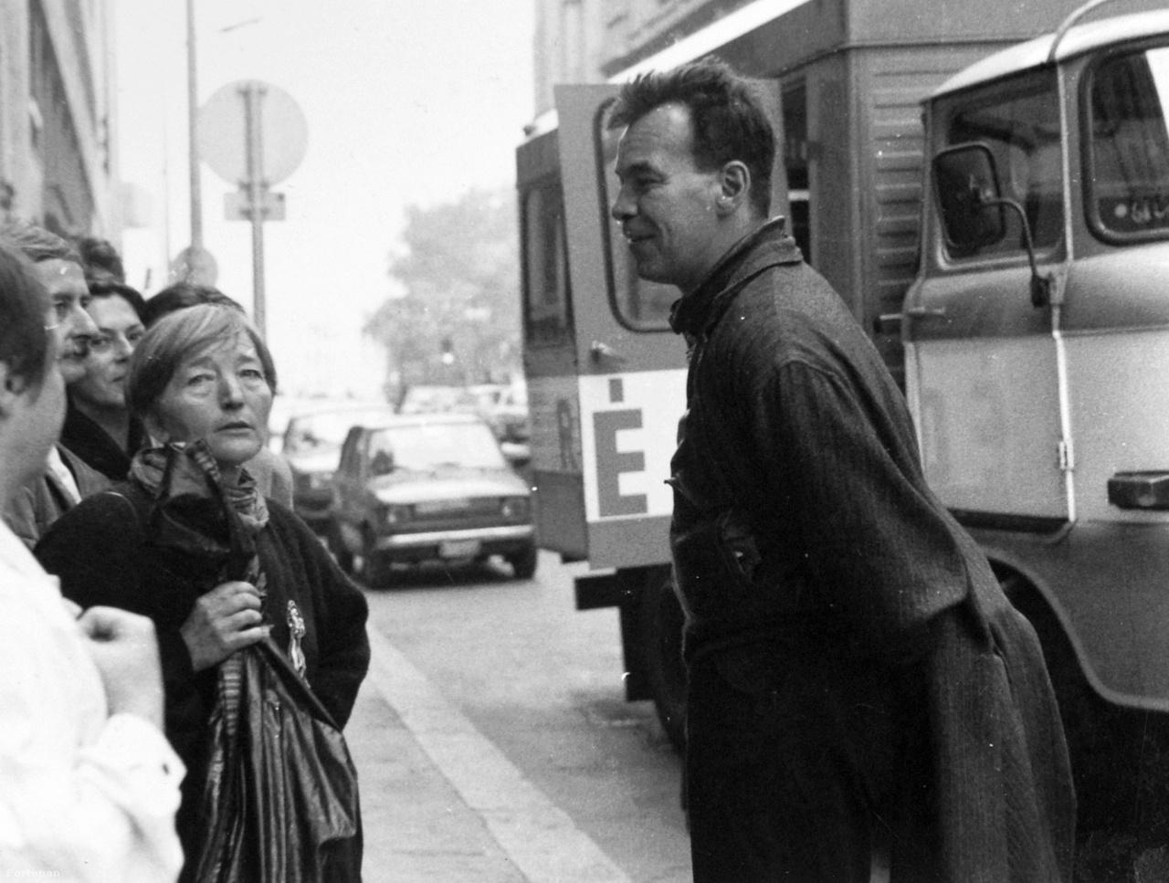 1988 október 23-án előzetesen nem engedélyezett utcai demonstrációk szerveződtek a város több pontján, melyeket a rohamrendőrség oszlatott szét. A kép a Budafoki úton készült, a rendőri beavatkozások előtt. Láthatóak még Solt Ottilia, Nagy András, Perczel Anna, háttal Lengyel Gabi. Az aznapi Magyar Nemzetben az MDF közleményben jelezte a demonstrációtól való elhatárolódását.
