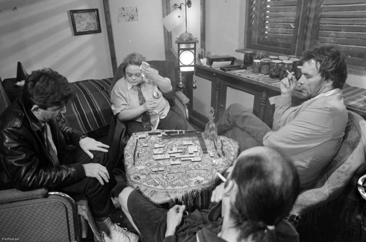 """Jelenet Xantus János """"Dávid és Piroska"""" c. tudtommal befejezetlen filmjéből. A képen még látható Lacitól balra Díner Tamás fotóművész, Iványi Norbert festőművész és dobos, háttal konttyal, felborotvált hajjal Baksa Soós János."""