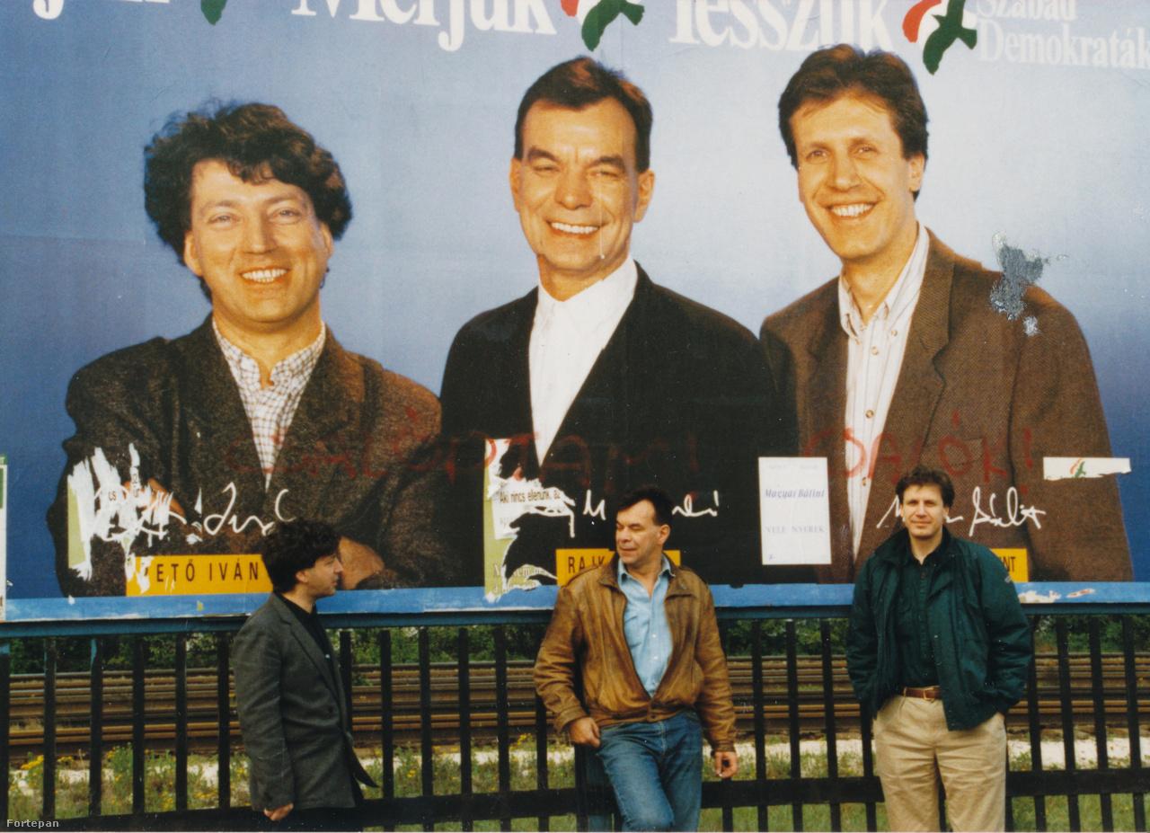 Az első szabad választás egyik SZDSZ-es óriásplakátja előtt, a plakáton szereplők élőben 1990-ben.