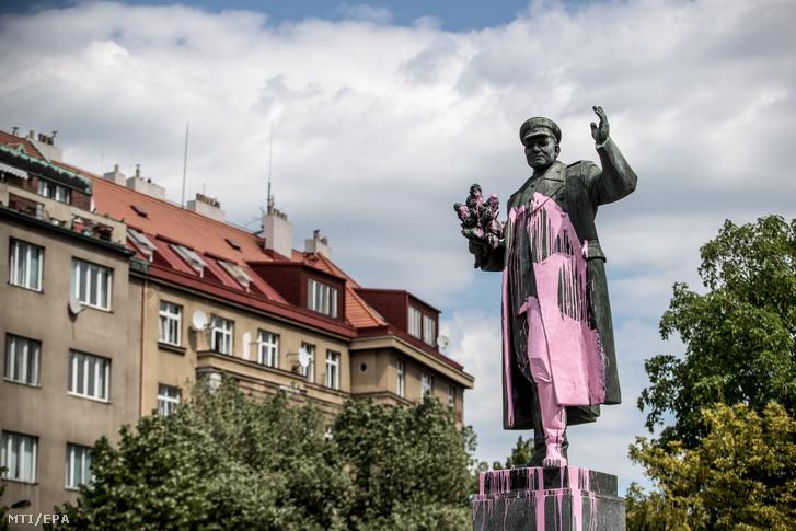 Ivan Sztyepanovics Konyev szovjet katonai vezető festékkel leöntött szobra egy prágai köztéren 2018. május 8-án. A Szovjetunió egykori marsalljának bronzszobrát az előző éjjelen öntötték le, a talapzatára pedig az 1956 és 1968 évszámokat fújták festékszóróval. A katonai vezető szabadította fel Prágát a német uralom alól a második világháború végén, majd a Varsói Szerződés haderejének főparancsnokaként személyesen irányította az 1956-os magyar forradalom leverését, és 1968-ban részt vett a prágai tavasz elfojtásában.