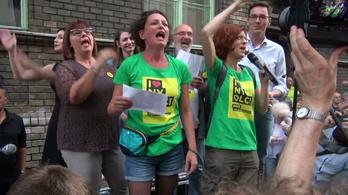 Pikó András mellett tüntettek az ellenzékiek a Práter utcában
