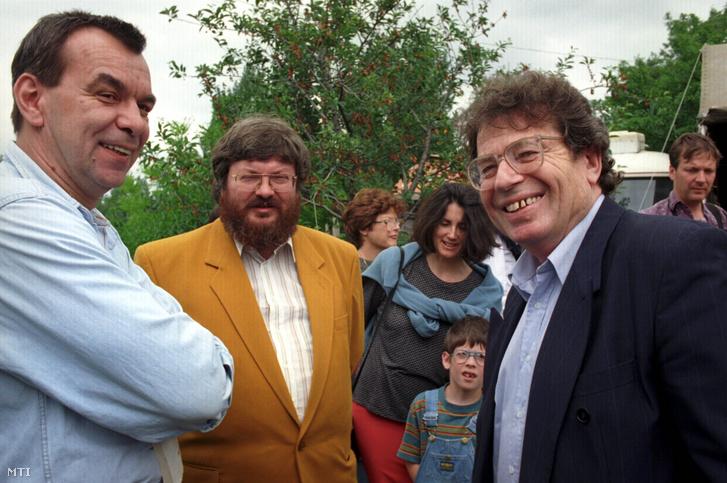Rajk László, Szõcs Géza és Konrád György beszélget Farkasházi Tivadar balatoni nyaralójában 1994. június 11-én