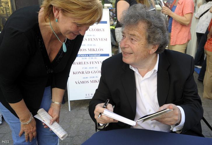 Konrád György író dedikálja egyik könyvét a 81. Ünnepi Könyvhéten a Vörösmarty téren.