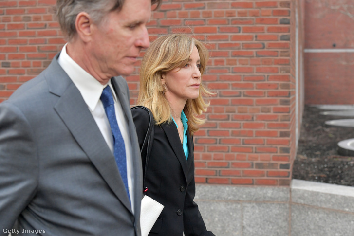 Felicity Huffman elhagyja a bostoni bíróság épületét 2019. április 3-án.