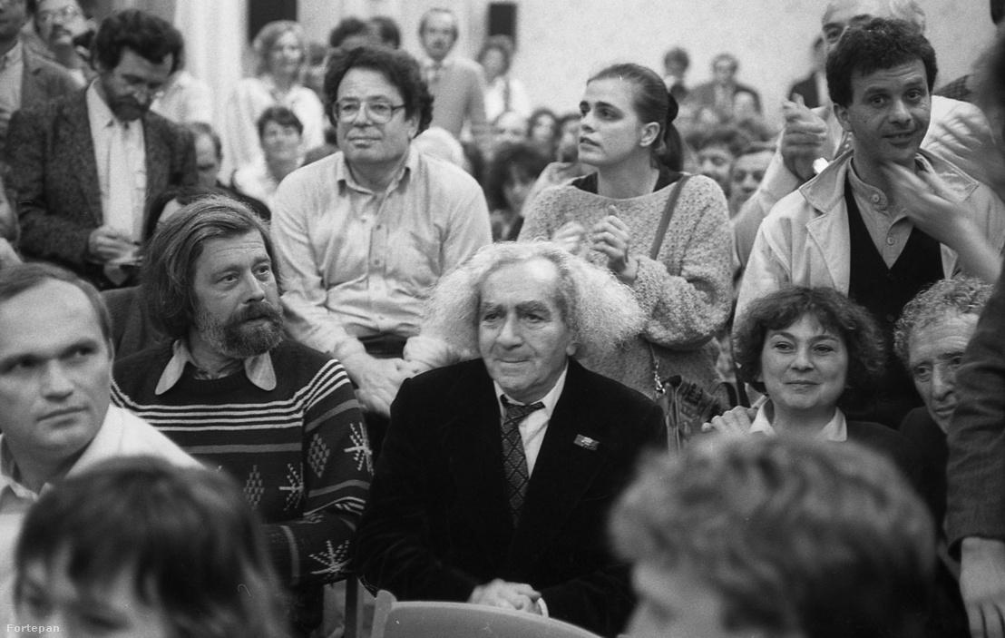 Budapest V. Mérleg utca 9., az SZDSZ székháza, sajtótájékoztató az önkormányzati választások eredményének kihirdetése után. A felvétel 1990 október 14-én készült. Középen Faludy György költő, mögötte balra Konrád György író.