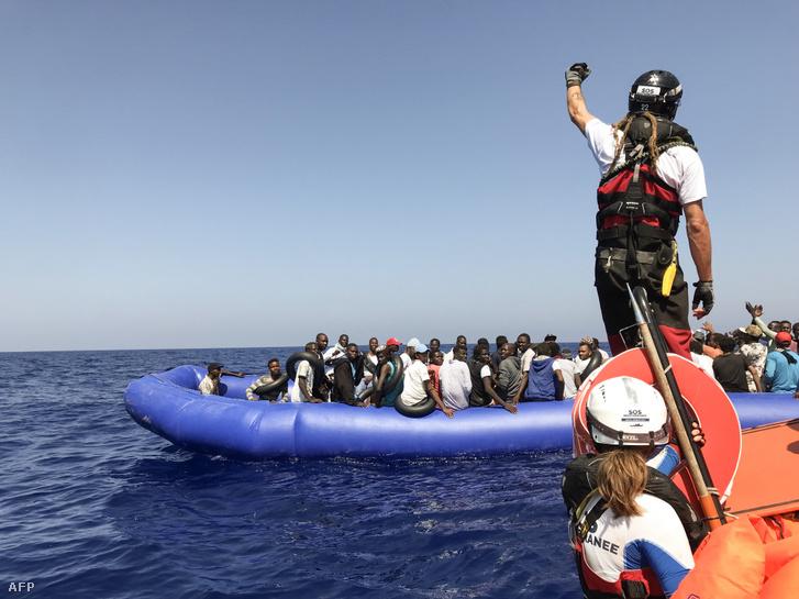 A Földközi-tengeren gumicsónakkal átkelő menekülteket segít biztonságban partot érni a francia SOS Méditerranée és az Orvosok Határok Nélkül nevű civil szervezet által működtetett mentőhajó az Ocean Viking 2019. augusztus 11-én