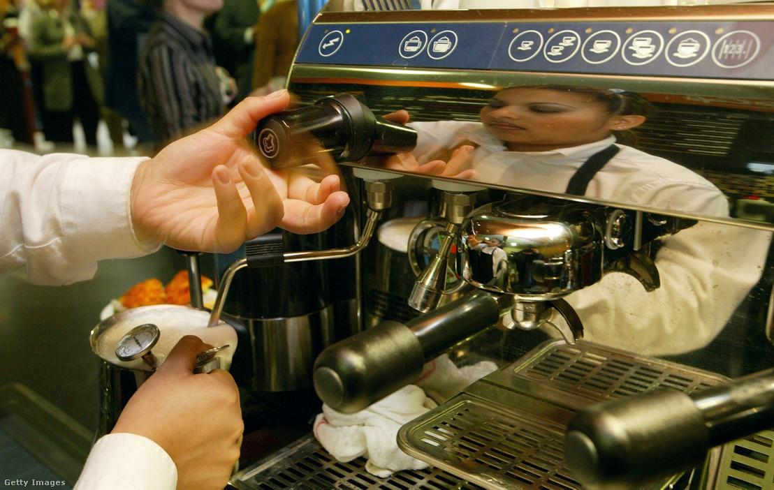 cappuccinohoz habosít tejet egy barista a nyugati part első McCafe-jában, Kaliforniában