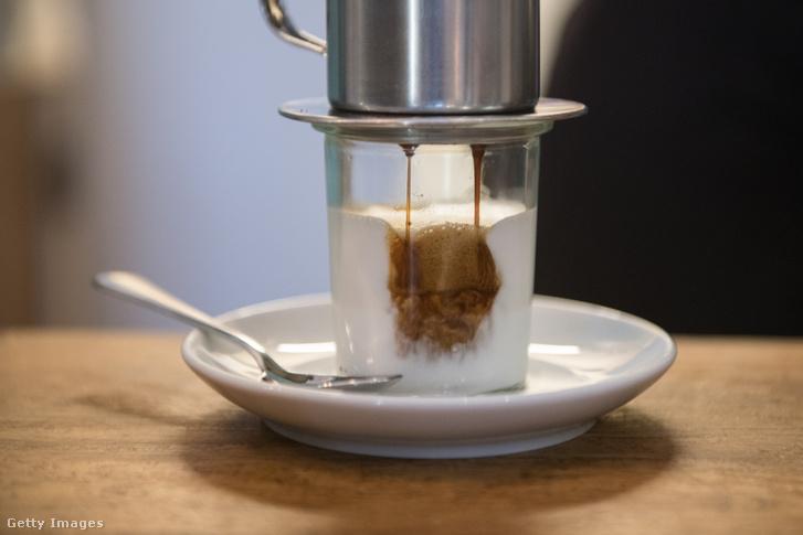 Kókusztejes kávé készül a berlini No Milk nevű vegán kávézóban