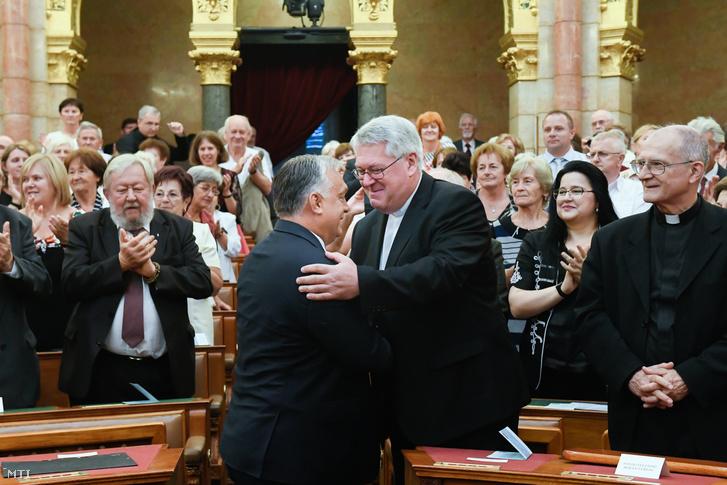 Orbán Viktor miniszterelnök és Osztie Zoltán plébános a KÉSZ korábbi elnöke köszöntik egymást a KÉSZ XII. kongresszusán