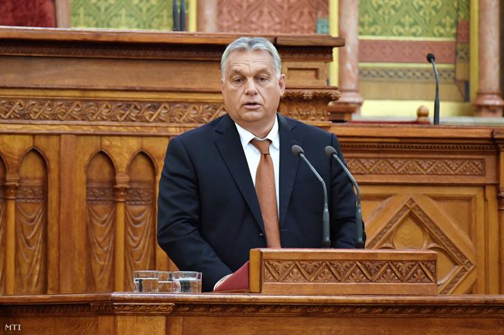 Orbán Viktor miniszterelnök beszél a KÉSZ XII. kongresszusán