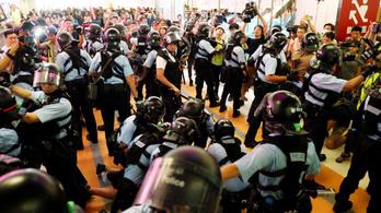 Összecsaptak a Kína-párti és a kormányellenes tüntetők Hongkongban