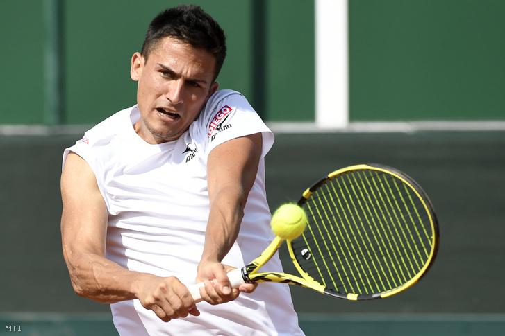 Balázs Attila játszik az ukrán Szerhij Sztahovszkij ellen a tenisz Davis Kupa-osztályozó Magyarország-Ukrajna nyitómérkőzésén Budapesten a Sport 11 központban 2019. szeptember 14-én.