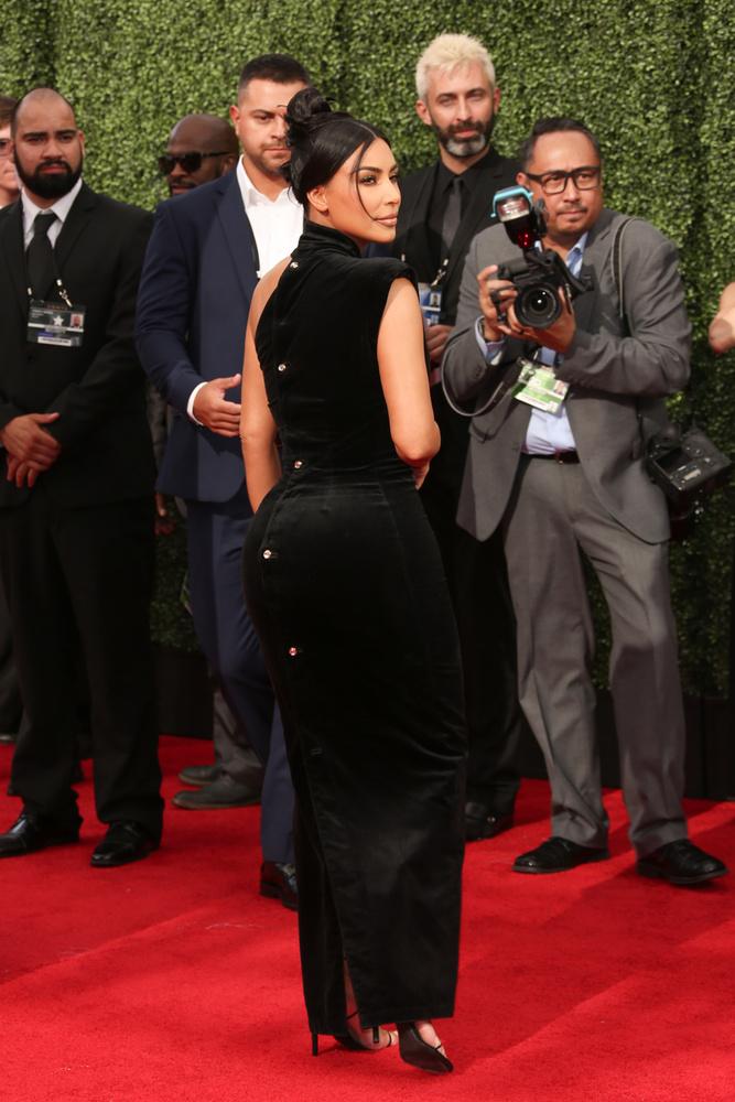 Csak az összehasonlítás végett: így festett Kim Kardashian hátulról, visszafogott fekete ruhájában