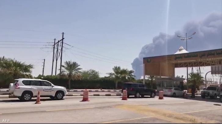 Képernyőfelvétel az AFPTV adásából, amin az Aramco olajfinomító robbanás füstje látható Abqaiqban szombaton