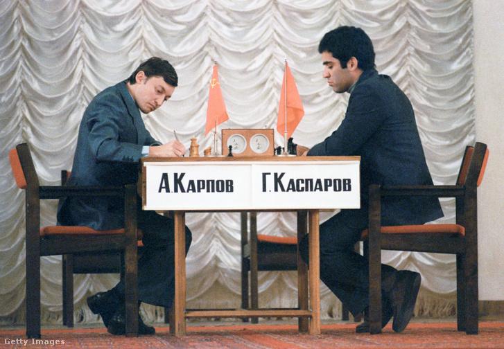 Anatolij Karpov (balra) és Garri Kaszparov 1984-es moszkvai sakkvébén
