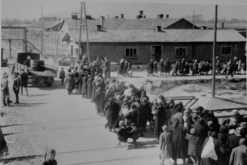 Elhurcolt magyar zsidók az Auschwitz-Birkenau koncentrációs táborban a II. és III. krematórium közelében elhelyezkedő gázkamrák felé indulnak.