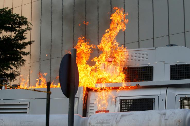 Már molotov-koktélt is dobálnak a rendőrségi járművekre
