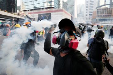 Vissza a feladóhoz, azaz a tüntető dobja a rendőrökre a könnygázgránátot