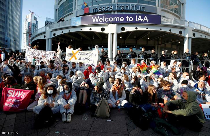 Klímatüntetők a Frankfurti Autószalon bejárata előtt 2019. szeptember 15-én.