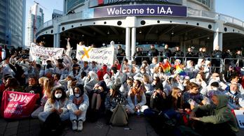 Környezetvédő aktivisták állják el a Frankfurti Autószalon bejáratát