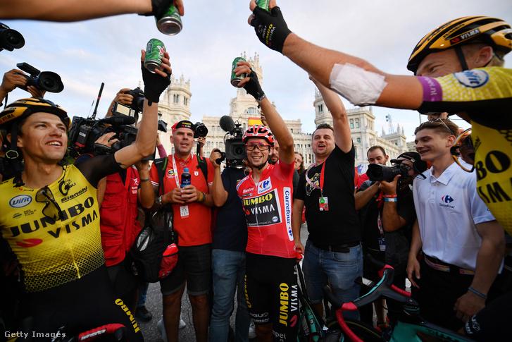 Primoz Roglic ünnepli csapattársaival Vuelta a Espana-győzelmét