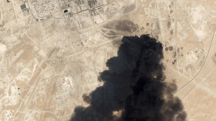 A Planet Labs Inc. 2019. szeptember 14-i műholdképén sűrű fekete füst gomolyog az Aramco szaúd-arábiai olajvállalat olajterminálja fölött, az abkaiki kormányzóságban fekvő Bukjakban