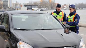 Egy héten át ellenőrzik a rendőrök a vezetés közbeni mobilhasználatot