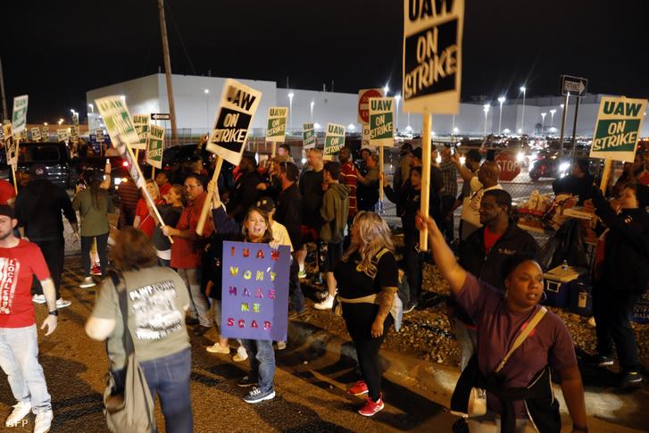 Az Egyesült Autóipari Dolgozók (UAW) tagjai tüntetnek a General Motors a Flint Michiganben található gyáránál hétfő hajnalban