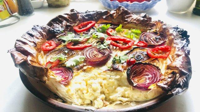 Karamellizált hagymás, triplasajtos, túrókrém pite