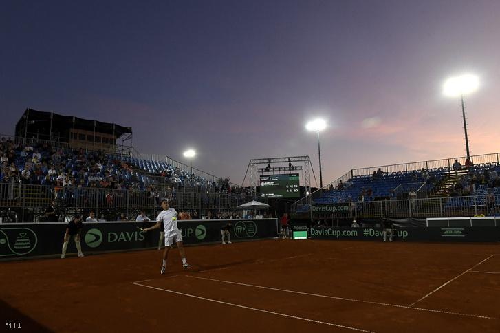 Balázs Attila játszik az ukrán Ilja Marcsenko ellen a Magyarország - Ukrajna tenisz Davis Kupa-osztályozón Budapesten a Sport 11 központban 2019. szeptember 15-én.