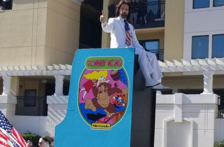 Billy Mitchell egy túlméretes játéktermi Donkey Kong-gépen lovagol a Citrus Bowl-felvonuláson